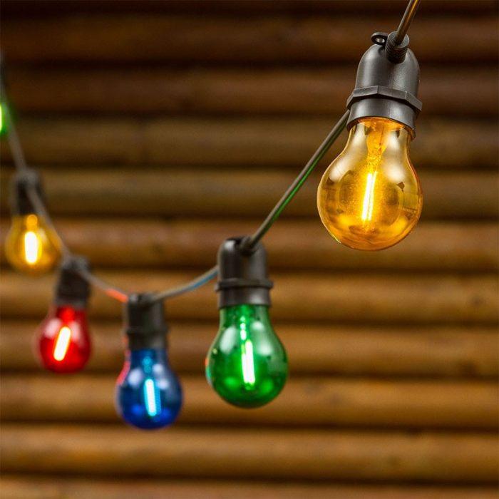 Catena con lampadine colorate